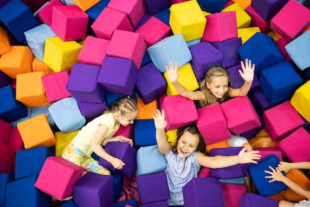 Małe dziewczynki w pokoju zabaw