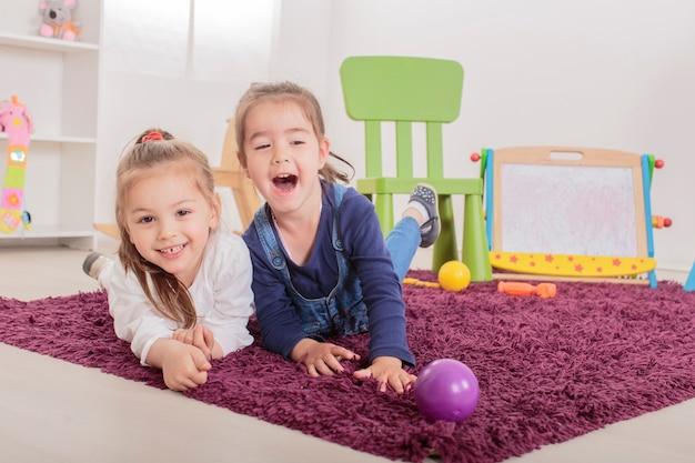 Małe dziewczynki w pokoju