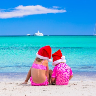 Małe dziewczynki w santa kapelusze podczas wakacji