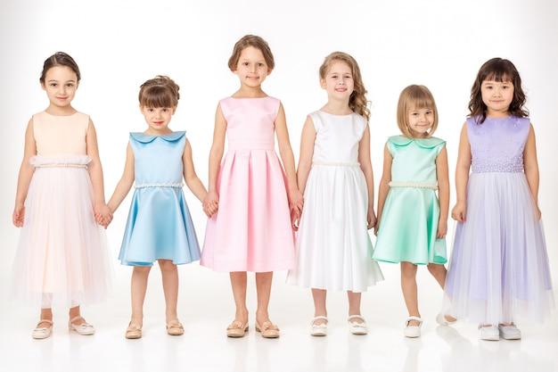 Małe dziewczynki w sukienkach księżniczek