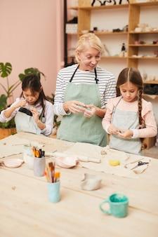 Małe dziewczynki w warsztacie garncarskim
