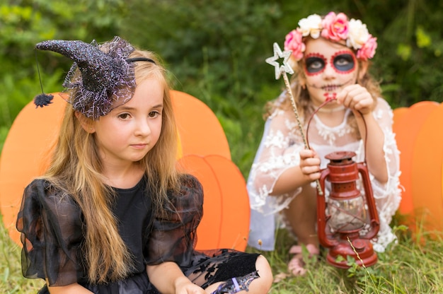 Małe dziewczynki z kostiumami na halloween