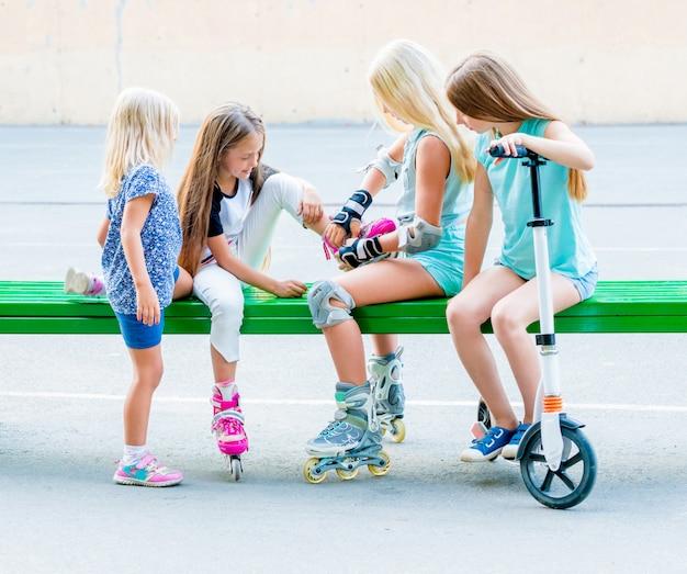 Małe dziewczynki zakładają rolki