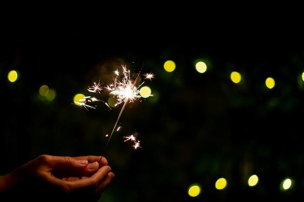 Małe fajerwerki ręczne z brylantem, świętujące w boże narodzenie i nowy rok.