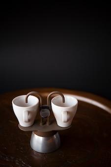 Małe filiżanki kawy espresso z kopii przestrzeni tłem