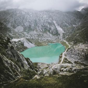 Małe górskie jezioro w pobliżu lago nero