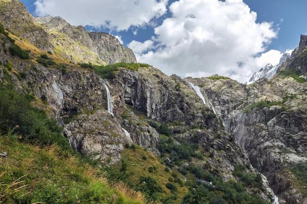 Małe górskie wodospady na szczycie georgia svaneti i ushba