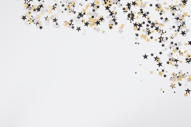 Małe gwiazdki spangles na białym stole