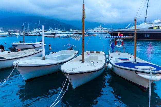 Małe jachty w zatoce