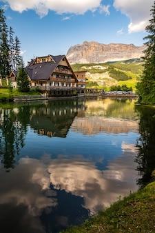 Małe jezioro alpejskie dla le, w pobliżu la villa w dolomitach val badia, naprzeciwko sas dla crusc
