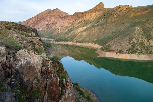Małe jezioro między czerwonymi górami