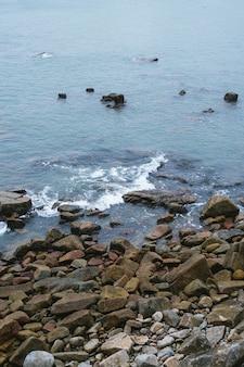 Małe kamienie na wybrzeżu morza