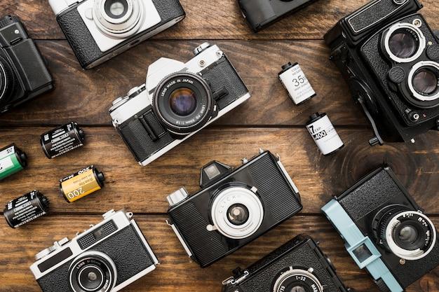 Małe kasety filmowe pośród aparatów fotograficznych