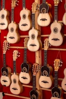 Małe klasyczne gitary