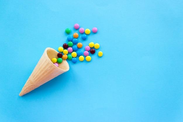 Małe kolorowe cukierki