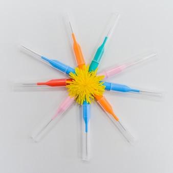 Małe kolorowe szczotki do czyszczenia aparatów ortodontycznych na zębach