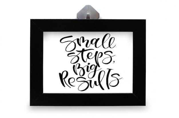 Małe kroki, duże wyniki. tekst odręczny. kaligrafia nowoczesna. inspirujący cytat. na białym tle