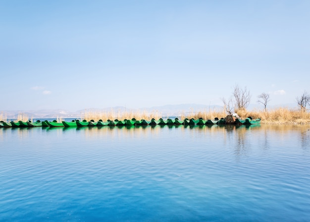 Małe łodzie na jeziorze