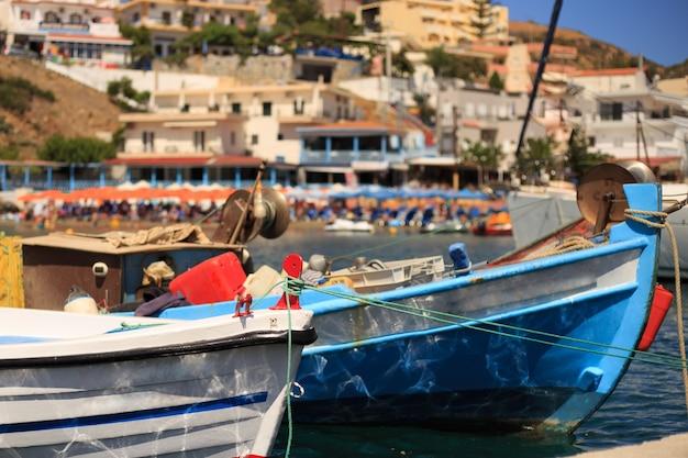 Małe łodzie rybackie na molo w wiosce rybackiej o nazwie bali