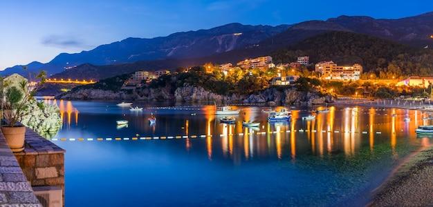 Małe łodzie rybackie zacumowane w malowniczej wiosce na wybrzeżu adriatyku.