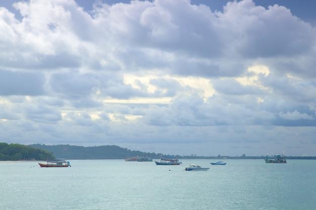 Małe łodzie rybackie zacumowane w morzu.
