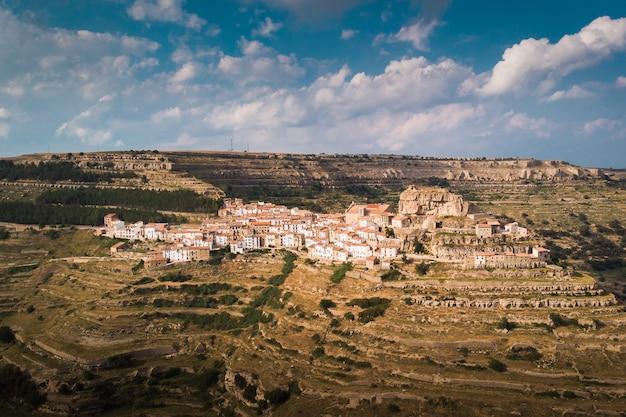 Małe malownicze miasteczko na szczycie góry. ares del maestre, wspólnota walencji, hiszpania