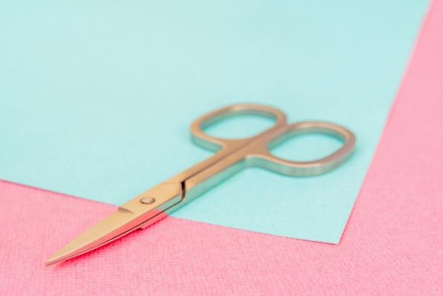 Małe metalowe nożyczki do cięcia papieru