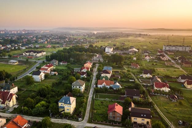 Małe miasteczko lub wioska z rzędami domów mieszkalnych i zielonymi drzewami.