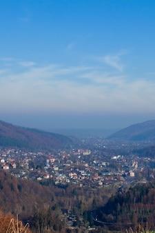 Małe miasteczko między górami na ukrainie, w karpatach