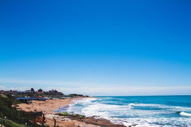 Małe miasteczko na południe od miasta mar del plata na wybrzeżu morskim w argentynie na południowym atlantyku.