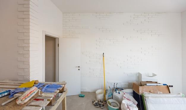 Małe mieszkanie bez remontu w nowym budownictwie. pokój w niedokończonym domu. ściany z piankowego bloku i betonowa podłoga w maleńkim mieszkaniu.