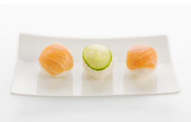 Małe nigiri sushi lub temarizushi na białym talerzu