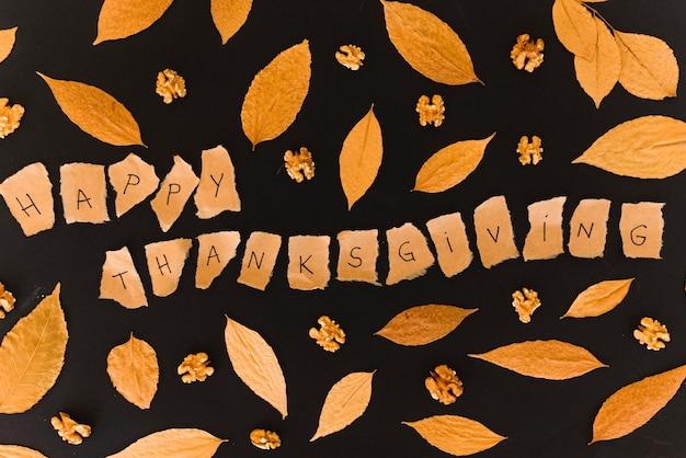 Małe notatki z literami między liśćmi