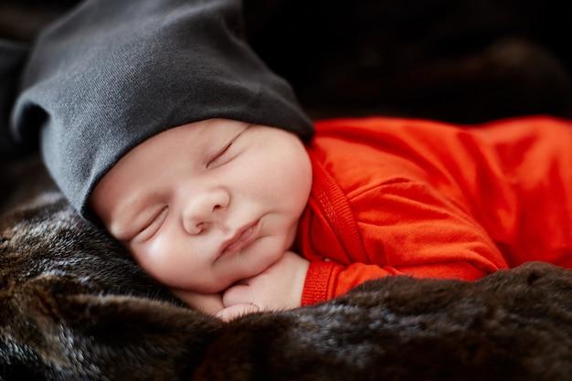 Małe noworodek leży na kanapie. niemowlę