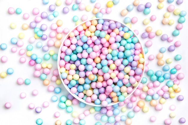 Małe okrągłe cukierki. napoje, witaminy.