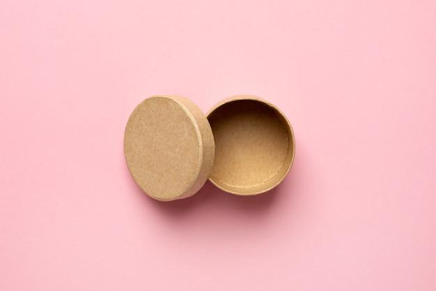 Małe Okrągłe Ozdobne Drewniane Pudełko Z Otwartą Pokrywą Na Różowym Widoku Z Góry Premium Zdjęcia