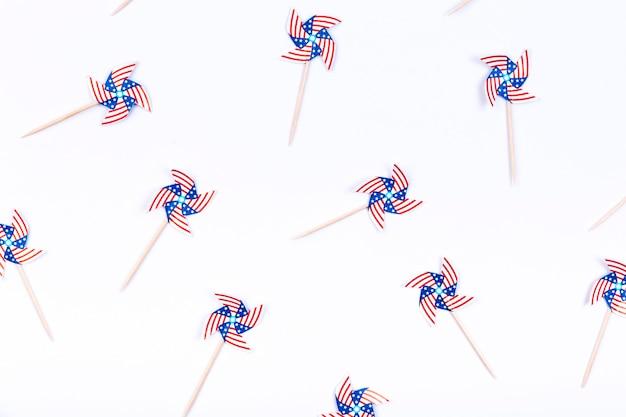 Małe ozdobione wiatraczekami flaga usa na białym tle