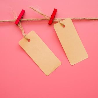 Małe papierowe klamry wisi na wątku