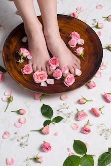 Małe piękne nogi kąpią się