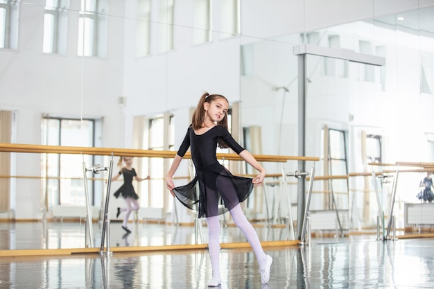 Małe piękne słodkie dziecko dziewczynka w studio trenuje na lekcję tańca.