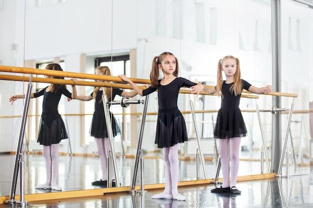 Małe piękne słodkie dziewczyny dzieci w pociągu studio na lekcji tańca.