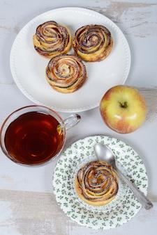 Małe placki jabłkowe z filiżanką herbaty i jabłka