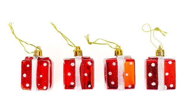 Małe plastikowe zabawki świąteczne na białym stole.