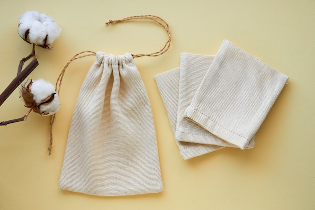 Małe płócienne torby na jasnym tle
