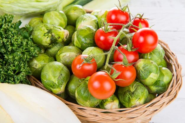 Małe pomidory i brukselka