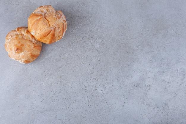 Małe profitroles ciasteczka z cukrem pudrem.