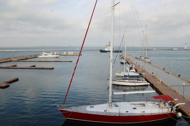 Małe prywatne molo jachtów zimą molo z rzędami małych prywatnych jachtów.