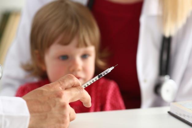 Małe przestraszone dziecko w recepcji lekarza