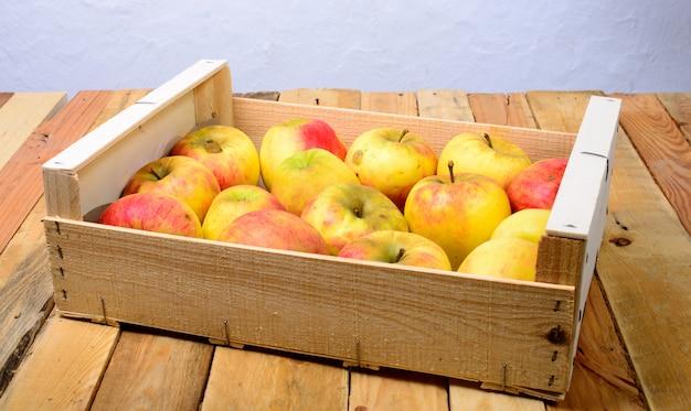 Małe pudełko jabłek na cydr