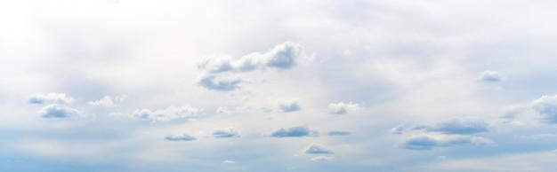 Małe puszyste chmury na niebie przy pochmurnej pogodzie, panorama